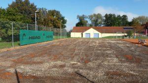 Nachdem der rote Tennissand entfernt wurde, können die Stockschützen der SG Edelshausen ab Montag, 7. November zusammen mit dem Bauunternehmen mit dem Bau der Stockbahnen beginnen. Wer mithelfen will, soll sich bitte bei Abteilungsleiter Josef Dietenhauser (08252/1591) melden.
