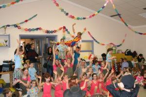 SGE-Kindertanzgruppe während ihres Auftritts beim SGE-Kinderfasching zusammen mit Leiterin Carola Hanikel (in der Luft)