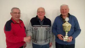 von links Organisator Paul Fischer und das Siegerduo Helmut Kramer und Anton Buchard mit dem Pokal