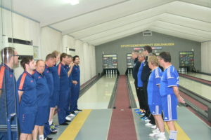 Die Herren I von der SGE (links) und dem SCM bei der Begrüßung vor dem großen Derby