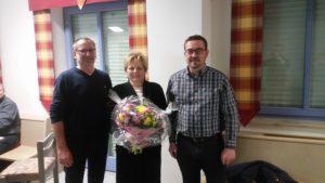 Von links 1. Vorsitzender Oswald Prummer, die verabschiedete, langjährige Gymnastik-Abteilungsleiterin Monika Lang und 2. Vorsitzender Friedrich Hora