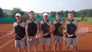 Die erstmals in dieser Saison siegreichen Tennisherren der SG Edelshausen: Von links Christian Ahle, Tobias Nabe, Oswald Prummer, Fabian Brucklacher und Thomas Sutner.