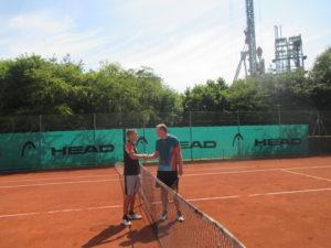 Thomas Sutner (links, SGE) gratulierte Florian Rauch (BCA) zu dessen Sieg im Spitzeneinzel
