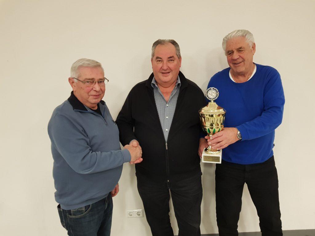 Von links Organisator Paul Fischer und das Siegerpaar Hans Kobold und Günter Hatlapa