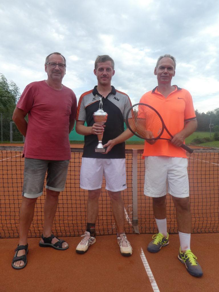 Von links SGE-Tennisabteilungsleiter und Vereinschef Oswald Prummer, der neue Vereinsmeister Christian Ahle und der entthronte Hardy Kleinschmidt