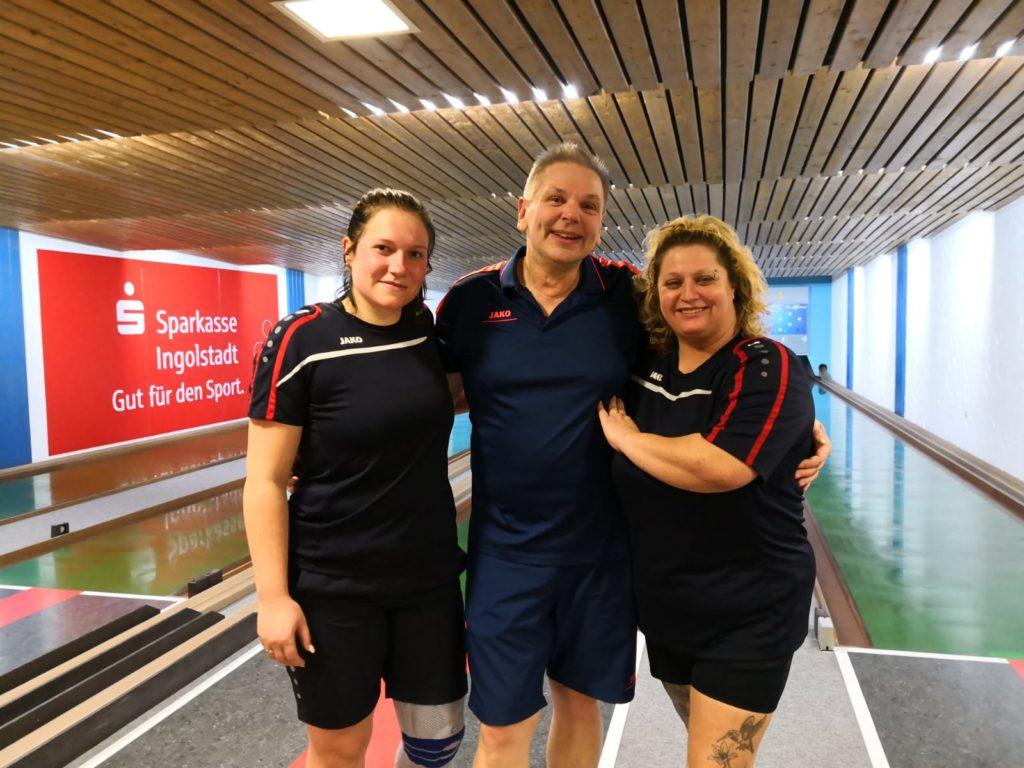 Große Hoffnungen setzt SGE-Kegel-Abteilungsleiter Ernst Dreher (Mitte) bei den Endläufen der Kreismeisterschaften auf Christina Kothmeier (links) und Eva Hecht (rechts), die beide als hervorragende Zweite der Vorläufe starten.