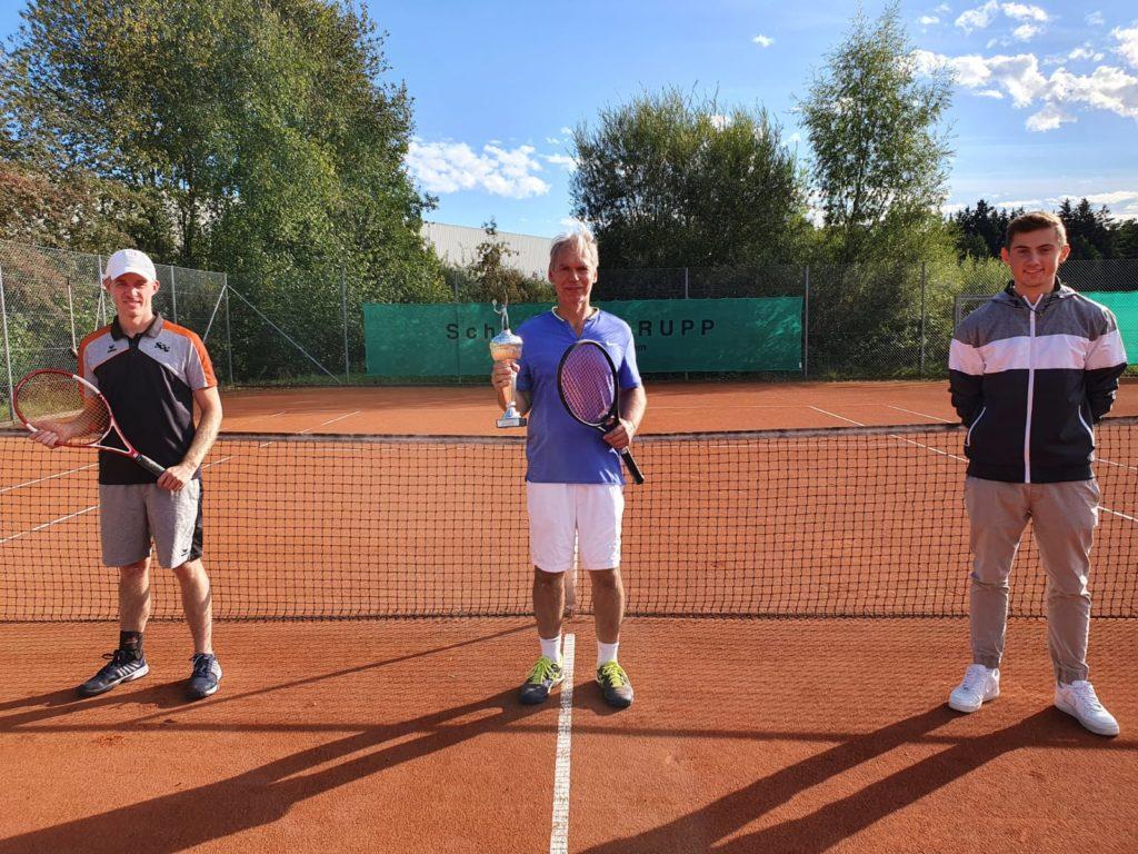 Foto zeigt von links den Finalisten Christian Ahle, den neuen Vereinsmeister Hardy Kleinschmidt und Sportwart Fabian Brucklacher